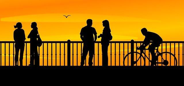 lidé na mostě