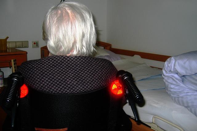 důchodce na vozíku