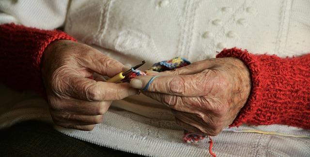 babička háčkuje