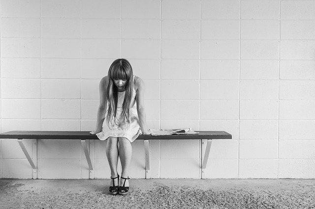 čekající dívka