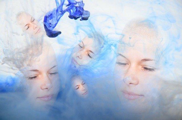 tváře v modré