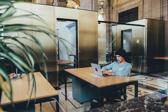 mladý muž u laptopu