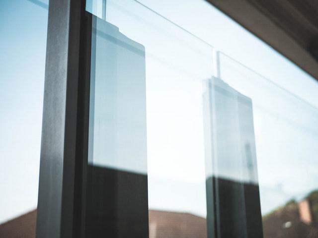 Odraz v sklenených dverách