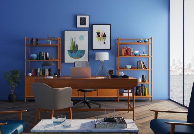 Veľké presklené dvere v modrej izbe