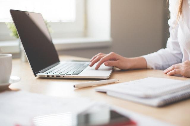Žena pracuje na notebooku v kancelárii